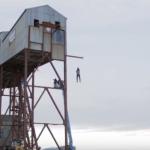 Video: Acest tip sfidează moartea pentru a demonstra o lege fizică