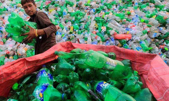 Oamenii de ştiinţă au creat accidental enzime mutante care mănâncă sticle de plastic