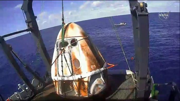 capsula Crew Dragon după aterizare